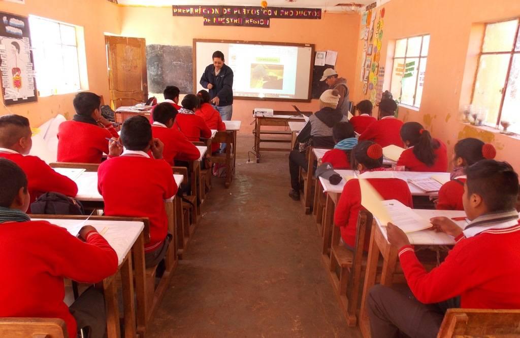 """Sesión presencial para la revisión y descarga de la tecnología """"Cría de lombrices y producción de humus"""", con estudiantes del colegio Mcal. Andrés de Santa Cruz que identificó la tecnología para su réplica en los predios del colegio."""