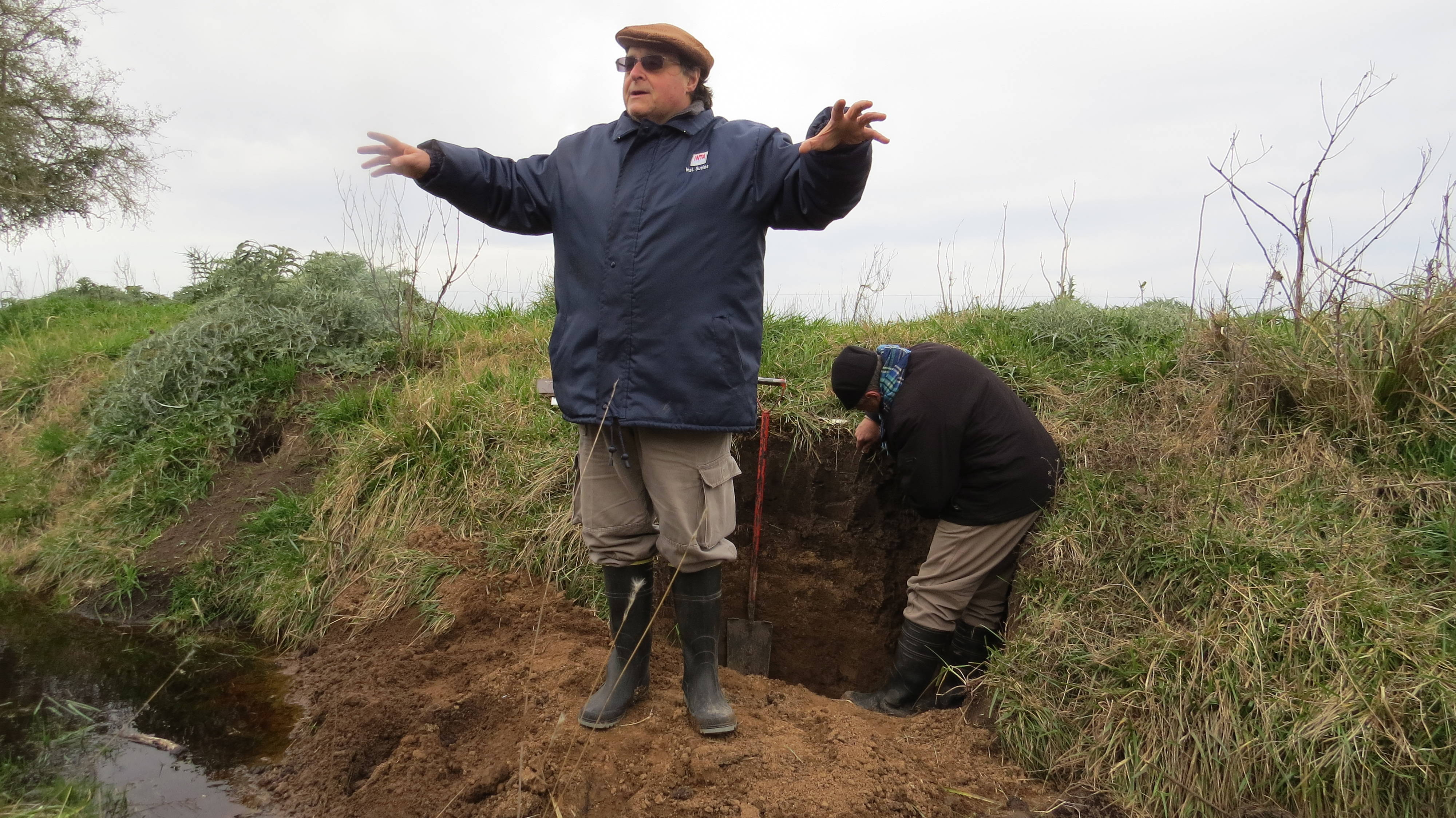 A pit in an Argiudoll soil. Field day in the framework of the VI Congress of the Argentina Salinity Network. 25/7/2019. Photo: Mercedes Busto
