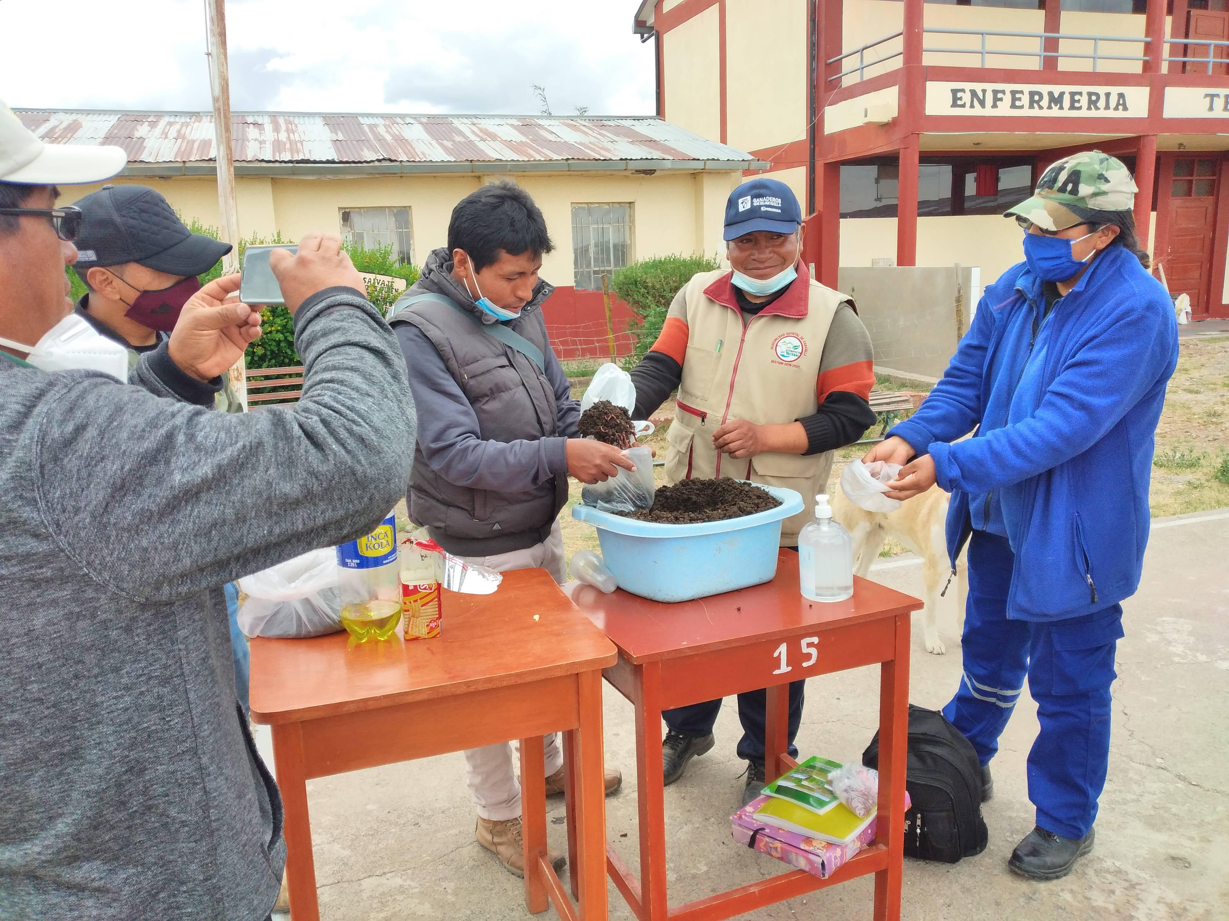 Entrega de lombriz californiana a estudiantes de IESTP Cabanillas para crianza y producción de humus en predio de sus padres Puno Perú CIRNMA FONTAGRO