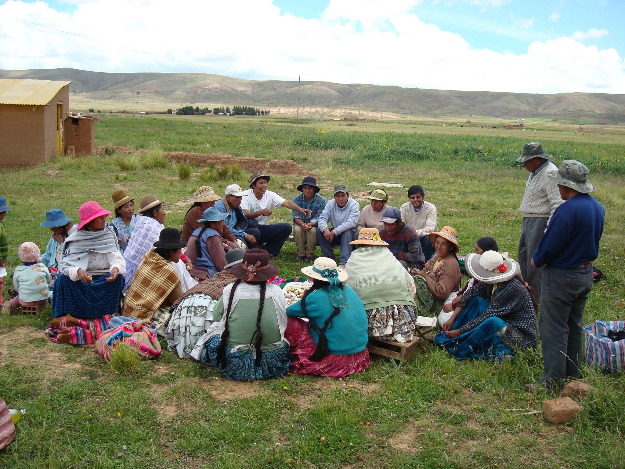 """Reunión con los padres de familia en la que se informa y planifica las actividades productivas relacionadas con el marco lógico del proyecto: """"Intensificación de la Agricultura Familiar en Perú y Bolivia"""""""