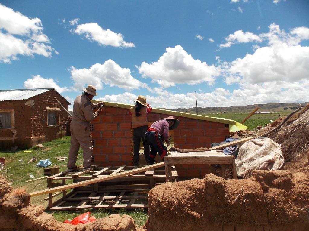 Ampliación del criadero de lombrices para la producción de humus. Réplica en su hogar por las hermanas Mayta Calliasaya, con apoyo de sus padres. Pillapi, La Paz-Bolivia.