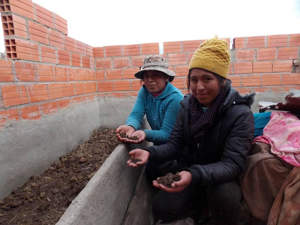 Las hermanas Mayta Callisaya en Pillapi (La Paz-Bolivia), en la réplica de cría de lombrices para la producción de humus